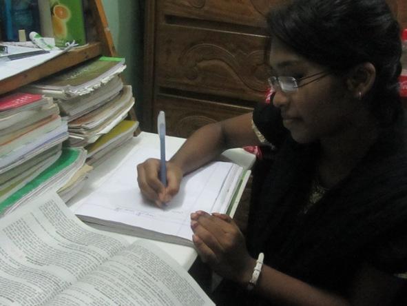 勉強中の一人娘、ソニア