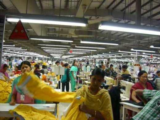 ダッカ近郊の輸出加工特区の縫製工場で働く女性たち