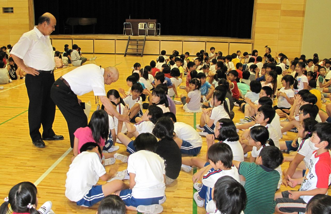 握手して回る橋本先生