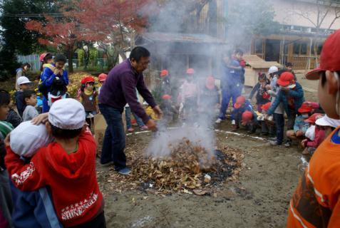 2006-06-30 24年度11月中学生職場体験学習、たき火、焼き芋 065 (800x536)