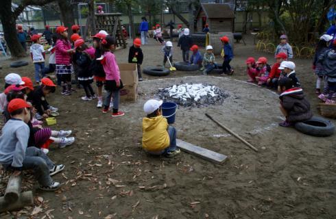 2006-06-30 24年度11月中学生職場体験学習、たき火、焼き芋 056 (800x522)