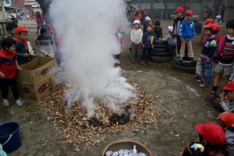 2006-06-30 24年度11月中学生職場体験学習、たき火、焼き芋 057 (800x532)