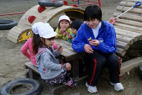 2006-06-30 24年度11月中学生職場体験学習、たき火、焼き芋 080 (800x536)