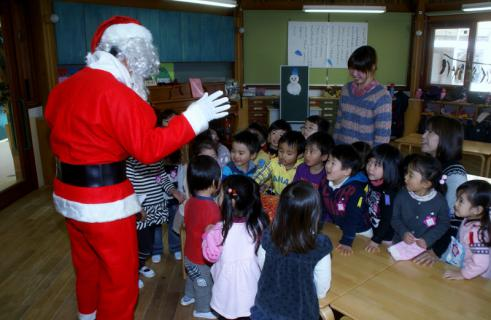 2006-07-14 24年12月12月誕生会、サンタ、手をつなごう 028 (800x521)
