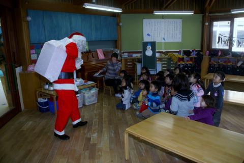 2006-07-14 24年12月12月誕生会、サンタ、手をつなごう 021 (800x533) (2)