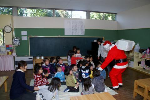 2006-07-14 24年12月12月誕生会、サンタ、手をつなごう 031 (800x534)