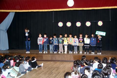 2006-10-14 24年度お別れ会、桃1組集合、伊藤先生3月15日 025 (800x535)