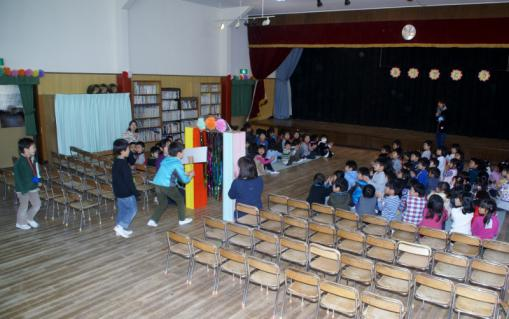 2006-10-14 24年度お別れ会、桃1組集合、伊藤先生3月15日 013 (800x502)