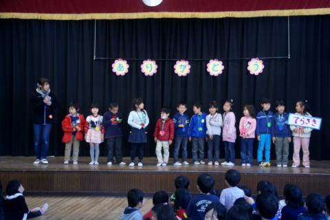 2006-10-14 24年度お別れ会、桃1組集合、伊藤先生3月15日 022 (800x533)
