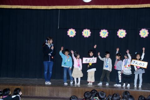 2006-10-14 24年度お別れ会、桃1組集合、伊藤先生3月15日 027 (800x535)