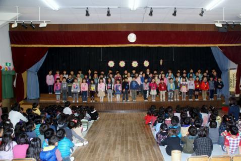 2006-10-14 24年度お別れ会、桃1組集合、伊藤先生3月15日 038 (800x535)
