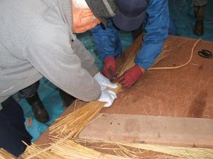 20121216重箱石しめ縄作り02