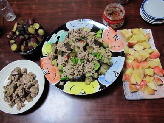 豚肉とナス炒め,桃,ボイルド鳥レバー,サツマイモの甘煮