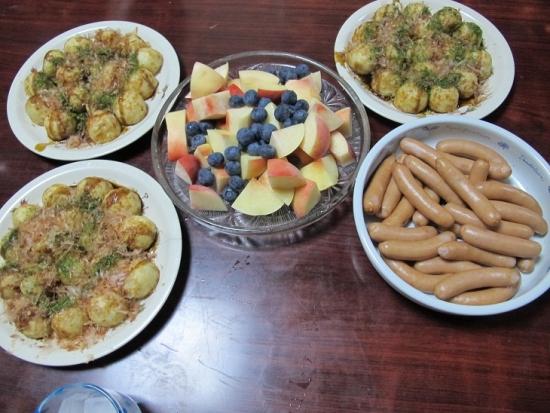 たこ焼き,桃とブルーベリー,ボイルドソーセージ