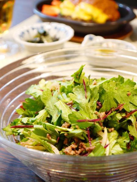 春菊とひき肉のサラダ