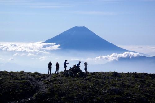 間ノ岳を出発。富士山と一緒。