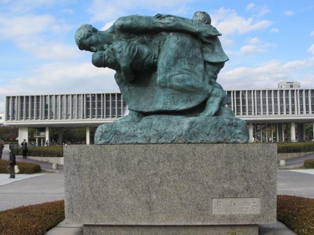 広島観光 嵐の中の母子像