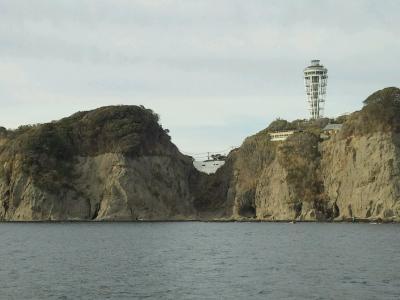 海から見た江の島。