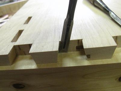 鑿を使って、桜の机の大きな隠し蟻組を造る
