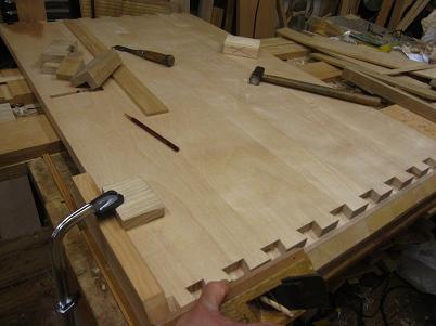 桜の机の大きな隠し蟻組の留型を削る