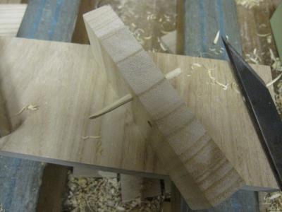 桐たんす製作、木釘を合わせる