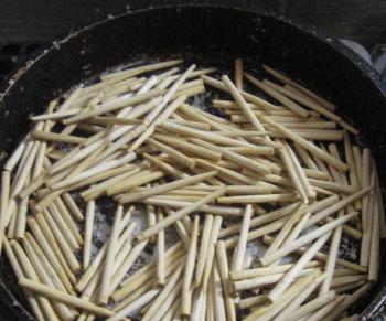 桐たんすに使う木釘を煎る