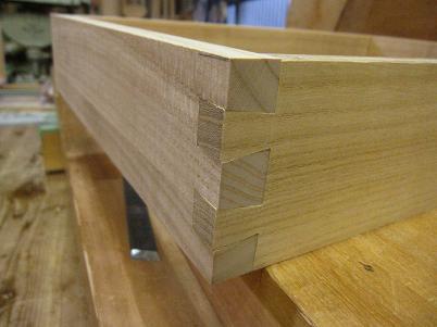桐材、通し蟻組み組付