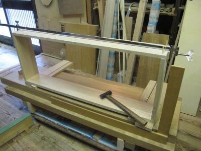 桐たんすの引き出しを木釘を使って組み付ける
