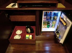 テレビ下の冷蔵庫