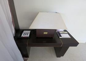 フュージョンマイア ベッド脇のサイドテーブル