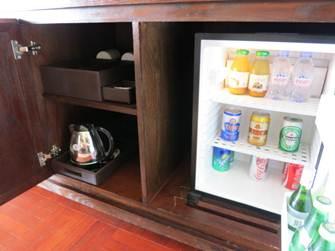 インターコン デラックス キャビネットに冷蔵庫と湯沸し器、ティーセット