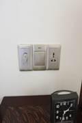 インターコン デラックス サイドテーブルの壁面に照明コントロールとマルチコンセント