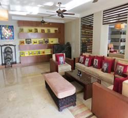 インターコン ラウンジ 各国のVIPホテル訪問者の写真がパネルやソファカバーになっている