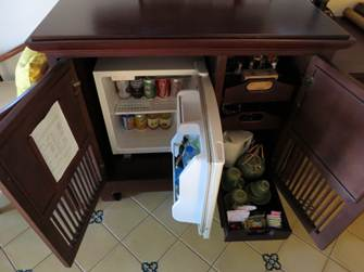 テレビ下のラックの冷蔵庫