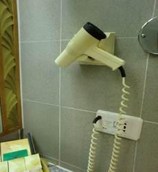 洗面台脇のヘアドライヤー