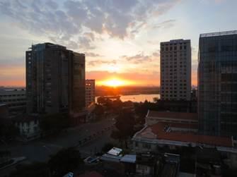 サイゴン川と朝日