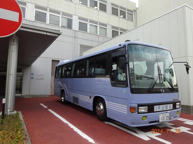王子マテリの事務所前から出発するバス