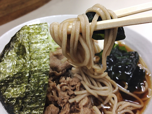 富士そばで『肉そば』。東京のそばが食べたくなりまして。(^^♪