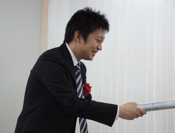 景品を手渡す船江先生