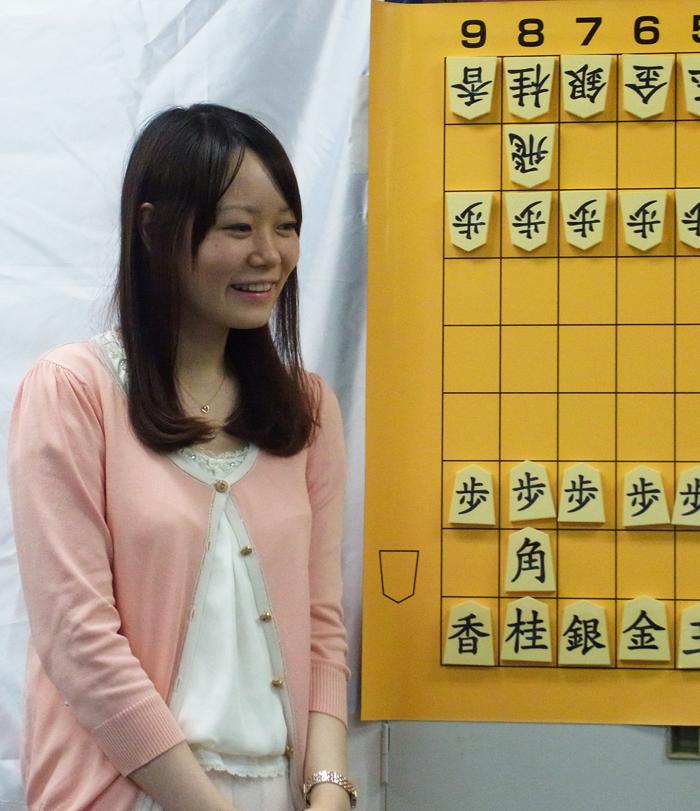 参加者との指導対局を終え、自戦解説をされる藤田綾女流初段