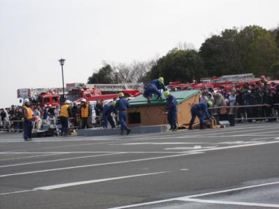 消防団が屋根から救助