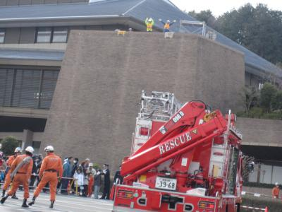 屋上で救助を待つ人