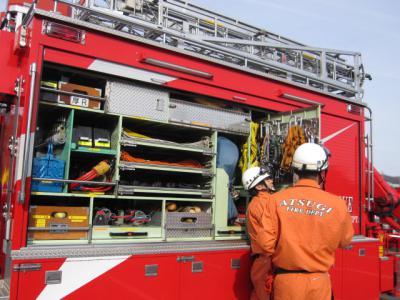 救助工作車、左側から中を見る