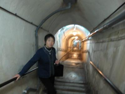 壕の中、地下に下りる階段