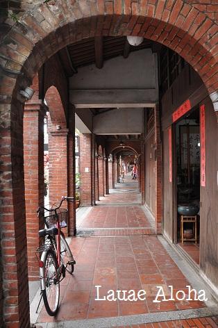 アーチ型の赤レンガの建物