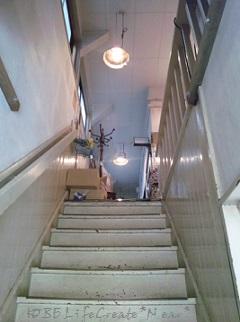 階段の音に躊躇しては店に入れません