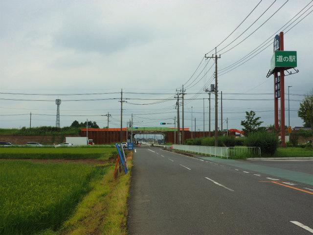 右側が道の駅五霞。新4号は拡幅のため改良工事が行われています。