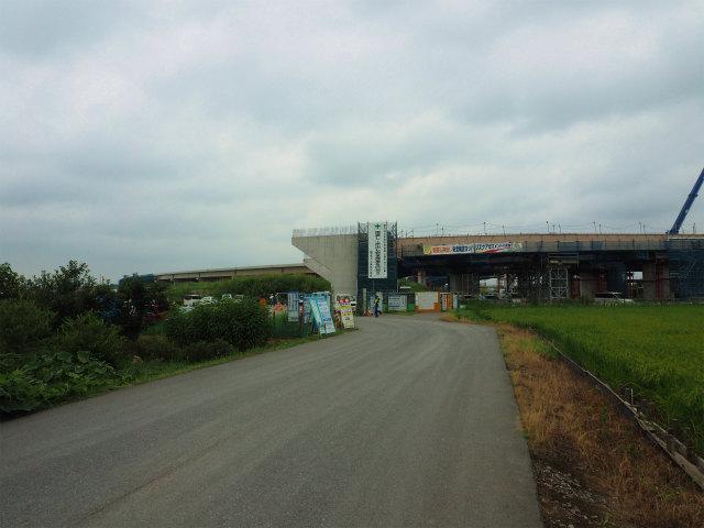 工事用道路を入っていきます。正面には橋台と桁。