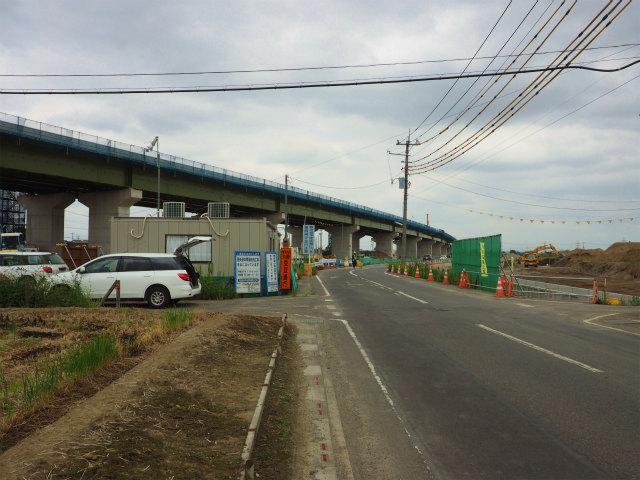 左側が圏央道。右側は造成中の工業団地。