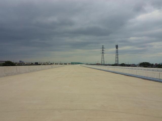 これがその高架橋。インターから本戦への合流部分も含んでいるので、幅が広くなっています。